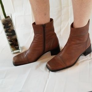 La Canadienne brown leather square toe booties